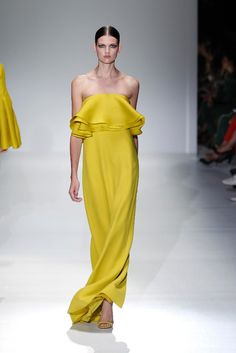 How to dress for a wedding: be impeccable without stress How To Dress For A Wedding, Strapless Dress Formal, Formal Dresses, Gucci, Shades Of Yellow, Mellow Yellow, Fashion Details, Red Carpet, Evening Dresses