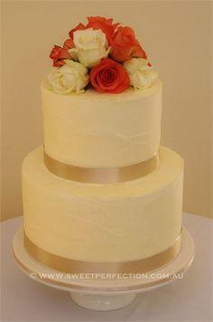 Torta  de boda con decorada con rosas.