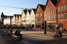 Bergen - Noruega. Es una ciudad internacional llena de historia y tradición, que además tiene el encanto y el ambiente de un pueblecito. Bergen combina perfectamente la naturaleza con la cultura y con una intensa vida urbana.