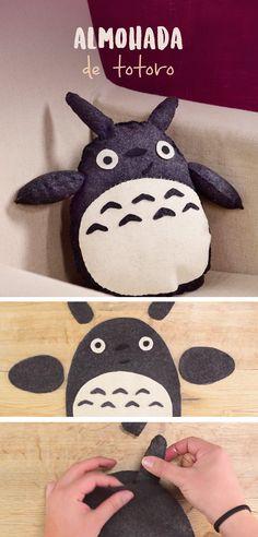 prende con este tip a hacer un increíble personaje de animación japonesa. Totoro es perfecto como regalo o para decorar tu habitación. Es muy fácil tener el tuyo. ¡Hazlo! Totoro, Diy And Crafts, Arts And Crafts, Chiffon, Diy Pillows, Craft Fairs, Kawaii Anime, Cross Stitch Embroidery, Sewing Crafts