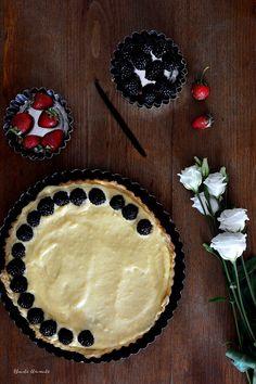 Tartă cu cremă de vanilie, mure și căpșuni
