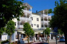 Villa Seerose - Apt. 09 Sellin (Ostseebad) Villa Seerose - Apt. 09 offers pet-friendly accommodation in Ostseebad Sellin, 200 metres from Amber Museum Sellin and 600 metres from Sellin pier. Guests benefit from free WiFi and private parking available on site.