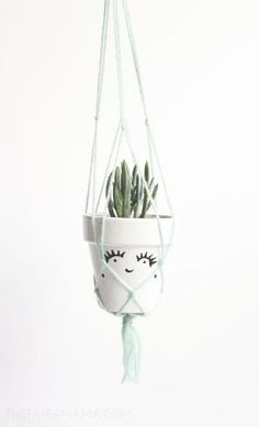 macrame plant hanger DIY pots with faces Idee Diy, Plant Hanger, Hanging Plant, Crafty Craft, Better Homes And Gardens, Garden Styles, Decoration, Diy Home Decor, Diy And Crafts