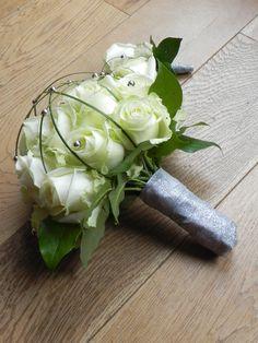 Bruidsboeket 22 witte Rozen en zilveren decoratie kralen, afgewerkt met zilver lint.