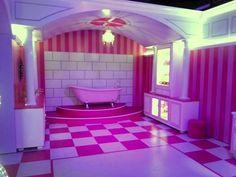 Waan je even zelf de vrouw des huizes en bak een denkbeeldige taart in de keuken of maak gebruik van de beautysalon. Er is zelfs een hele bibliotheek aanwezig. De bouw van de huizen nam ongeveer een jaar in beslag en er kwam tien kilo glitters en bijna driehonderdtachtig liter roze verf aan te pas. De Barbie Dreamhouse Experience loopt nog tot 25 augustus.