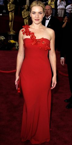 """Kate Winslet, 2002 Nominated for Iris, English rose Kate Winslet blossomed in scarlet Ben de Lisi. """"Kate prefers clothes that don't scream theatrics,"""" the designer told InStyle. Oscar Gowns, Best Oscar Dresses, Red Carpet Gowns, Red Gowns, Celebrity Red Carpet, Celebrity Style, Celebrity Photos, Kate Winslet Oscar, Kate Winslet Young"""