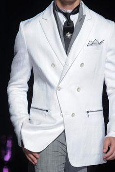 Un traje blanco, gris y negro, puede ser la combinación perfecta para un novio que fascine. (John Varvatos Men's Details S/S '14)