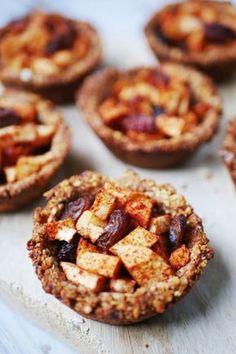 Deze mini gezonde appeltaart met havermout staat binnen 15 minuten in de oven én bevat slechts 6 ingrediënten. Super makkelijk, gezond en lekker! Healthy Bars, Healthy Snacks For Kids, Healthy Baking, Healthy Desserts, No Bake Desserts, Dessert Recipes, Happy Foods, Low Carb Breakfast, Sweet Recipes