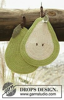 Drops Pattern Crochet pear pot holders in Paris Nordic Mart - DROPS design one-stop source for Garnstudio yarns, free crocheting and knitting patterns, crochet hooks, buttons, knitting needles and notions. Crochet Diy, Crochet Hot Pads, Crochet Food, Crochet Kitchen, Crochet Gifts, Hand Crochet, Crochet Ideas, Crochet Potholder Patterns, Crochet Dishcloths