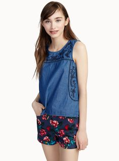 Exclusively from Twik - A top adorned with pretty flowers in boho-style contrasting embroidery - Organic cotton denim, to be eco-friendly and trendy - Teardrop opening in the front and back The model is wearing size small