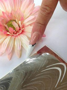 Nail art negle stickers på fransk hvid negl bygget op på skabelon uden brug af negle tipper. Disse easy stickers er rigtig nemme at bruge og så er du fri for at lave den fine franske manicure selv.