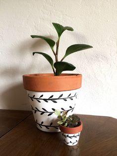 Painted Plant Pots, Painted Flower Pots, Decorated Flower Pots, Indoor Plant Pots, Potted Plants, Flower Pot Art, Clay Flower Pots, Flower Pot Design, Diy Painting