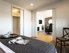 Eclisse Pocket Door Double -kehys on täydellinen ratkaisu, kun kaksi erillistä huonetta halutaan yhdistää yhdeksi suureksi tilaksi. Joustava tilaratkaisu tarjoaa tarpeen mukaan joko intiimiä rauhallisuutta tai avoimia tiloja ja liikkumisen vapautta. Joko, Pocket Doors, Architecture, Table, Inspiration, Furniture, Space, Home Decor, Arquitetura