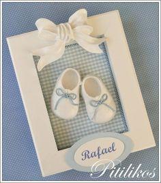 Enfeite de Maternidade charmoso e delicado! <br> <br>Quadrinho de madeira com fundo forrado em tecido, decorado com aplique de resina e com um lindo par de sapatinhos em resina. <br> <br>Dimensões aproximadas: 23 x 18.5 cm Baby Mobile Felt, Felt Baby, Baby Frame, Felt Garland, Button Art, Baby Decor, Craft Gifts, Girl Room, Baby Shoes