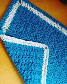 Concluindo mais uma vídeo aula... Tapete tá tá ficando muito bonito... #lovecrochet #crochet #crochetblanket #crochetaddict #handmade #feitoamao #crocheting #crochemania #barbante #eurofios #euroroma #work #artesa #artesanato #amooquefaco #criando #ideias #boatarde  by meu.querido.croche