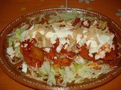 Enchiladas en Salsa de Guajillo Real Mexican Food, Mexican Cooking, Mexican Food Recipes, Dinner Recipes, Ethnic Recipes, Indian Recipes, Enchiladas, Traditional Food, Mexican Salsa