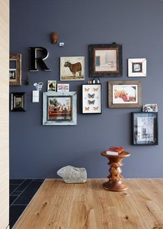 Paint with dark wall paint - the best professional tips !: Perfect for dark tones: wood - Wall Design Dark Walls, Blue Walls, Wall Colors, House Colors, Colours, Wall Design, House Design, Colorful Interiors, Kitchens