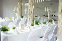 Klassische Hochzeitstischdeko in Weiß mit Vintage-Schalen und Kräutern