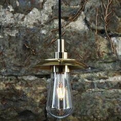 Charmante Glaskolben-Hängeleuchte mit kleinem Schirmchen, IP54 *Charmante Hängeleuchte mit wasserdichtem Glaskolben, poliertes Messing