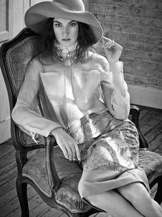 Una donna puo' ispirare canzoni. Ogni donna e' un misterioso universo da esplorare, conoscere, amare o odiare. Ogni donna rappresenta per un uomo un'inesauribile fonte di emozioni, sensazioni, passioni, illusioni, sogni e certezze. Non c'e' niente nell'universo di cosi' bello, intrigante e affascinante come la donna. ~ Vasco Rossi