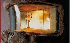 Miracoli Eucaristici - Cascia, il breviario macchiato di sangue ...il sacerdote apri il libro per prendere l'Ostia consacrata, ma, grandemente turbato, constatò che la particola rosseggiava di vivo sangue tanto da impregnare ambedue le pagine tra le quali era sta #reliquia #miracoloeucaristico #cascia