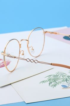 60076 Rose Gold - Jump on the metal frames trend!This eyeglass is full of the maiden complex for its bright outlook - Round Gold Frame Glasses, Rose Gold Glasses, Eyeglasses Sale, Prescription Glasses Frames, Rose Gold Frame, Cute Glasses, Fashion Eye Glasses, Accesorios Casual, Wire Wrapped Jewelry