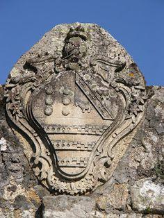 Quinta da Quintã - Soalhães -  A casa de Quintã, último baluarte do Morgado de Soalhães, possui hoje, uma mínima parte das terras que o constituíram. O vistoso solar obedece ao estilo arquitectónico D. João V e foi acabado no ano de 1742. Foi o maior e primeiro edifício do concelho e um dos primeiros de todo distrito.O último dos mais importantes eventos que a Casa de Quintã celebrou como festa pública foi, em 12 de Setembro de 1998, o casamento de D. Joana da Costa Lobo e Reymão Nogueira.