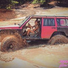 Check out this real jeepgirl taking her xj through the mud. #xj #jeep #jeeps…