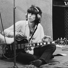 Keith Richards with Les Paul Les Paul Custom, Keith Richards, Rolling Stones, Music Stuff, My Music, Rock N Roll, Sympathy For The Devil, Ron Woods, Instruments
