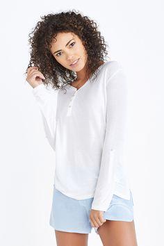 Pijama compuesto por camiseta panadera de manga 3/4 con detalle de botón y tira y pantalones cortos de rayas con cinturilla elástica. Guapa y cómoda. | Dormir | Women´secret- 27'99 EUR