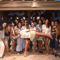 Hoje foi dia de reuni de pauta da #glamourdeabril que vem a ser nossa edição de aniversário (5 anos!!!). Então tinha que ser especial... a equipe passou a tarde no @royalpalmoficial discutindo ideias organizando a cobertura do #prêmiogeraçãoglamour e bebericando um vinhozinho branco gelado à beira da piscina! Animadas as meninas carregaram a diretora @monicagsalgado ao final!!!  via GLAMOUR BRASIL MAGAZINE OFFICIAL INSTAGRAM - Celebrity  Fashion  Haute Couture  Advertising  Culture  Beauty…