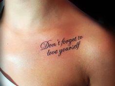 "Pequeño tatuaje en el hombro que dice ""Don't forget to love yourself"", que significa ""No olvides a quererte a ti mismo""."