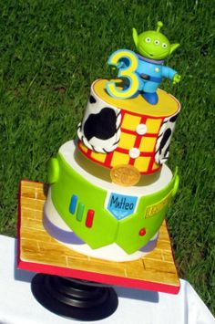 I was thrilled to create this cake! I love love love Toy Story and my husband's favorite characters are LGMs! And what fun it was! Did you ever notice that there are so many similarities between LGM and Yoda? Both green, small, pointy eared. Toy Story Theme, Toy Story Birthday, Toy Story Party, Birthday Ideas, 3rd Birthday, Birthday Cakes, Bolo Toy Story, Toy Story Cakes, Cupcakes