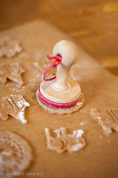 Love this new cookie stamp... new dimension of embossed christmas cookies. See more on www.kuchenkoenigin.de or www.facebook.com/diekuchenkoenigin