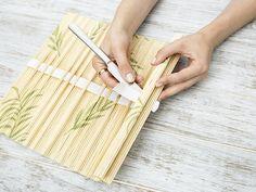 diy anleitung rolletui f r kosmetikpinsel aus bambus platzset basteln via etui. Black Bedroom Furniture Sets. Home Design Ideas