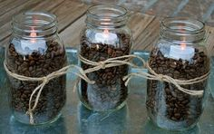 Potes c grãos de café e vela