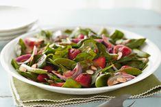 Salade d'épinards printanière - Épinards et fraises, un mariage classique, arrosé ici de vinaigrette Catalina.