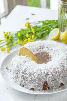 Lemon Bundt Cake with Creamy Coconut Glaze Lemon Desserts, Spring Desserts, Lemon Recipes, Sweet Desserts, Keto Dessert Easy, Dessert Recipes, Dessert Ideas, Drink Recipes, Bundy Cake