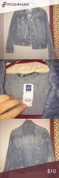 GAP JEAN JACKET - WOMENS LARGE - GREAT CONDITION This gap Jean jacket is so cute and hardly worn! The condition is great with no stains and very clean! Women's size large GAP Jackets & Coats Jean Jackets