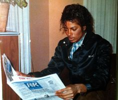Michael Jackson - always reading something when he had a spare minute :) Jackson Family, Jackson 5, Joseph, Michael Jackson Rare, The Jacksons, King Of Music, My King, Photo Contest, My Idol