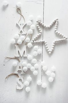White and wood Xmas Merry Little Christmas, Noel Christmas, Scandinavian Christmas, Christmas Colors, Merry Xmas, Winter Christmas, All Things Christmas, Christmas Crafts, Christmas Decorations