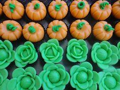 Tudo modelado a mão com a massa de leite ninho!!! RECEITA: 01 LATA DE LEITE NINHO, 01 PACOTE DE GLAÇUCAR 500GR, 01 COLHER DE SOPA DE GLUCOSE DE MILHO E + OU - 90 A 100ML DE AGUÁ, amasse e modele, uso anilina liquida! Biscuits, Polymer Clay, Sweets, Stuffed Peppers, Vegetables, Cake, Party Candy, Decorated Cookies, Farm Party