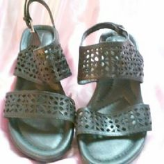 Black Earth Shoes Size 8.5 Cute sandals in a size 8.5.Shoes are very comfortable.Great condition earth Shoes Sandals