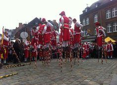 Fêtes de Wallonie à Namur : les combats d'echasseurs. Festival of Wallonia in Namur Days Out, Good Day, Old Things, Nice, Brave New World, Nun, Belgium, History, Buen Dia