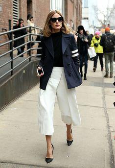 Olivia Palermo usa turtleneck preta com blazer azul marinho e calça off white cropped com scarpins