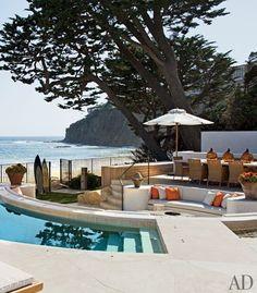 Rustic beach house (what a setting!) on Laguna beach.   Interiors by Atelier AM, and architecture by KAA Design via Verdigris Vie: Beach House