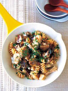 栗の甘みときのこの香りを、生クリームの濃厚さが引き立てる。パスタも入ってボリュームたっぷり。|『ELLE a table』はおしゃれで簡単なレシピが満載!