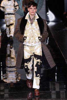 Versace Versace Fashion, Runway Fashion, Flip, Tuxedo Wedding, Live Fashion, Fashion Art, Fashion Show, Winter Collection, Milan Fashion Weeks