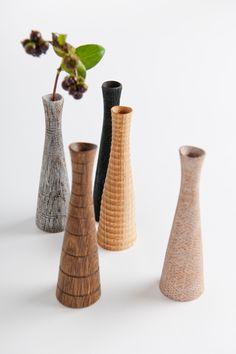 Herrliche handgedrechselte Vasen aus Holz mit klangvollen Namen ... aus dem Schwarzwald. Jetzt bei uns am Albertplatz.