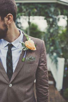 La flor en la solapa del #traje de #novio le diferencia de los invitados. Traje moderno con boutoniere en color durazno para boda estilo campestre chic o boho chic. Fotografía de weddingchicks.com.
